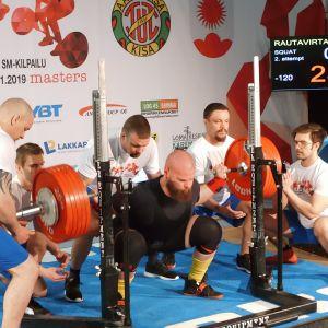 Mikko Rautavirta kyykkää klassisen voimanoston SM-kisoissa Ylitorniolla 17. maaliskuuta 2019.