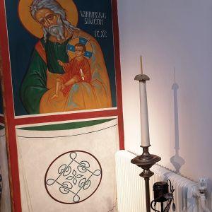 Mikkelin ortodoksisen kirkon nurkkaus, joka on remontoitu tulipalon jälkeen. Kuvassa näkyy keittiönurkkaus ja yksi ikoni, joita erottaa väliseinä.