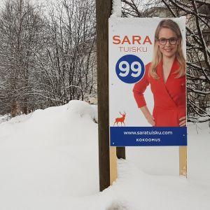 Sara Tuiskun mainos Rovaniemen Asemieskadun varrella.