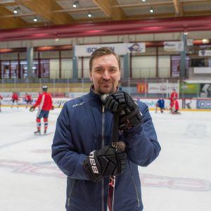 Hermeksen valmentaja Janne Tuunanen johdatti joukkueen Mestiksen runkosarjan voittoon 2018-19.