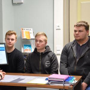 Turun Suomalaisen Yhteiskoulun lukion apulaisrehtori Virpi Lieri ja oppilaat Antti Laakso, Santeri Lempiäinen ja Antti Lonki.