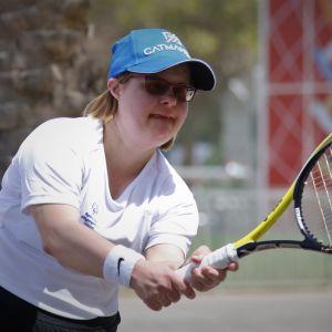Sanna Sepponen kurottaa palloon Abu Dhabin Special Olympicsissä.
