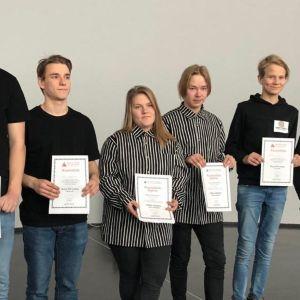 Kuusi nuorta yrityskilapilun voittajaa.