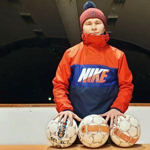 Jesse Taivalantti Juvan Kisasta jalkapallojen kanssa.