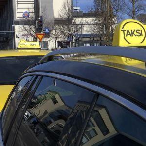 Takseja Kouvolan rautatieasemalla