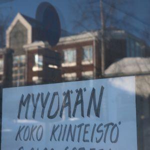 Myydään koko kiinteistö -ilmoitus liikekiinteistön ikkunassa.