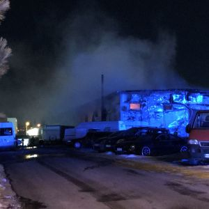Tampereella Ruskon teollisuusalueella syttyi tulipalo autokorjaamossa torstai-iltana.