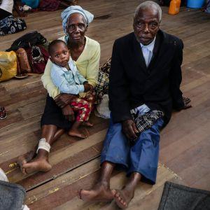 Ihmisiä majoittumassa koulun tiloissa Beiran kaupungissa Mosambikissa sykloni Idain jäljiltä.