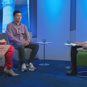 Kolme ihmistä tv-studiossa.