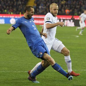 Teemu Pukki ja Giorgio Chiellini taistelevat pallosta.
