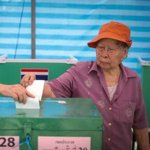 Thaimaalainen pariskunta äänestää.