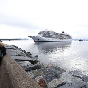 Viking Sky saapumassa Molden satamaan.
