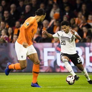 Saksan Serge Gnabry ja Hollannin Virgil van Dijk.