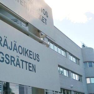 Kuvassa osa valtion virastotalon opaskylttiä. Teksti Käräjäoikeus näkyy.