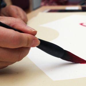 Kalligrafiaa näyttelyn avajaisissa