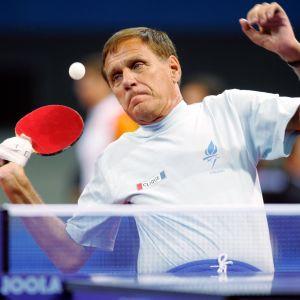 Matti Launonen vauhdissa pöytätenniksessä Ateenan paralympialaisissa.