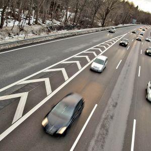 Liikennettä Saksan moottoritiellä lähellä Münchenia.