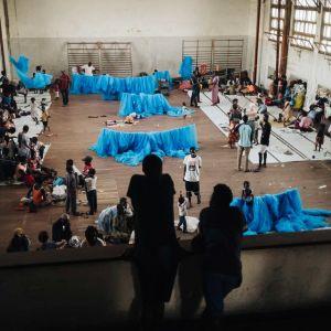 Kuva koulun jumppasalista, josta on tehty hätämajoitussuoja.