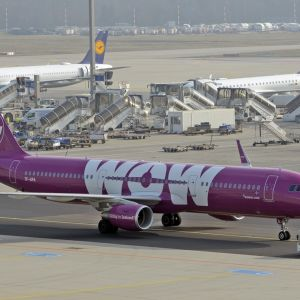 Matkustajalentokone kentällä. Kone on violetti ja siinä lukee isoilla valkoisilla kirjaimilla WOW.