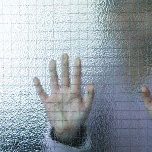 Anonyymi lapsi oven takana