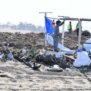 Pelastustyöntekijöitä Ethiopia Airlinesin koneen maahansyöksypaikalla.