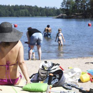 Ihmisiä uimarannalla Bodominjärvellä Espoossa 16. kesäkuuta 2018.