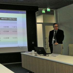Kokkolan kaupungin talousjohtaja Jari Saarinen esitteli perjantaina viime vuoden talouslukuja.