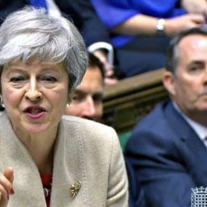 Videokaappaus brittiparlamentin istunnosta 29. maaliskuuta. Pääministeri Theresa May on nostanut oikean etusormensa pystyyn.