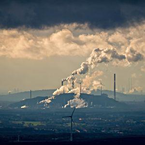 Tummia pilviä Ruhrin alueen yläpuolella
