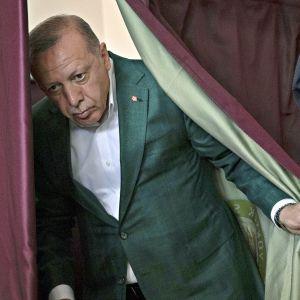 Presidentti Recep Tayyip Erdoğan äänestämässä.