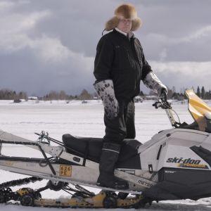 Juha Mäkimartti moottorikelkan päällä
