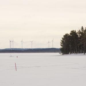 Tuulivoimala, 7 myllyä  Saukkovaarassa Posion ja Kuusamon rajalla Himmerkistä katsottuna. Etäisyys 23 kilometriä.
