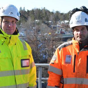 Naantalinsalmen siltaremontti alkoi huhtikuun alussa. Työmaata kävivät katsastamassa työmaapäällikkö Janne Brask Oteranilta (oik) ja siltainsinööri Ari Salo Varsinais-Suomen ely-keskuksesta.