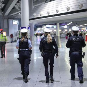 Poliiseja Frankfurtin lentokentällä.