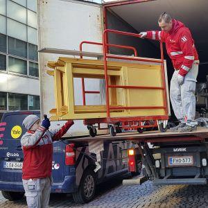 Äänestyskoppeja tuotiin Postitalon ennakkoäänestyspaikkaan Helsingissä maanantaina.