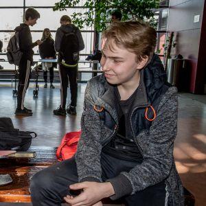 Jamal Ogbu (vas.) ja Ville Schneider välitunnilla Viikin Normaalikoulussa.