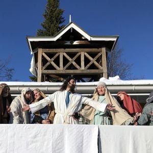 Ristintie-näytelmä Joensuun torilla. Jeesus ympärillään opetuslapset.