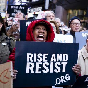 ihmisiä mielenosoituksessa