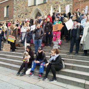 Turkulaisia opiskelijoita mielenosoituksessa Turun tuomiokirkon portailla.