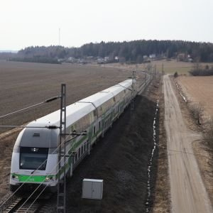 Pendolino-juna Piikkiön pelloilla matkalla Turusta Helsinkiin.