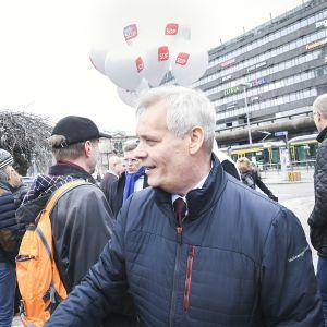 SDP:n Antti Rinne kampanjoimassa Helsingin rautatieasemalla 15. maaliskuuta.