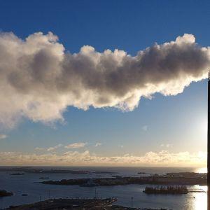 Hanasaaren voimalaitoksen piippu aurinkoisessa säässä Helsingissä.