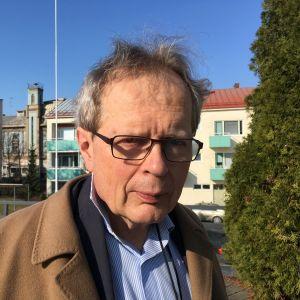 Jukka Tikka katsoo kameraan.