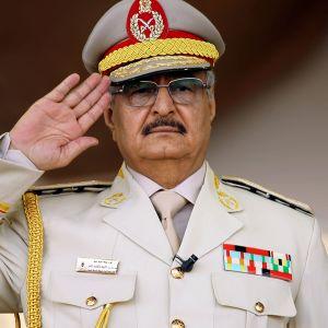 Libyan kapinalliskenraali Khalifa Haftar kuvattuna sotilasparaatissa Benghazissa 7. toukokuuta vuonna 2018.