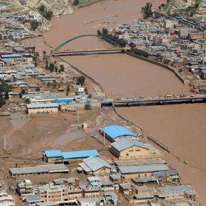 Ilmakuva tulvivalta Pol-e Dokhtarin kaupungin alueelta 2. huhtikuuta.