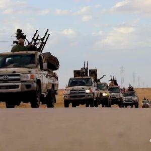 Libyan armeijan autoja matkalla Libyan länsiosiin 3. huhtikuuta.
