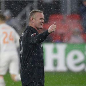 D.C. Unitedin Wayne Rooney näytää peukkua.
