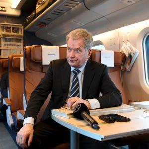 Presidentti Sauli Niinistö Allegro-junassa matkalla Venäjän isännöimään arktiseen foorumiin Pietariin.