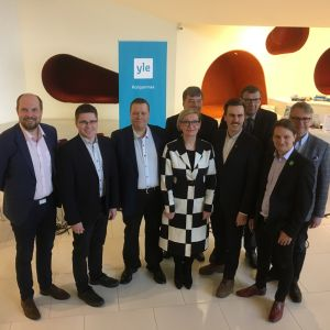 Radio Suomen suuren vaalitentin osallistujat Seinäjoen Apila-kirjastossa. Edustettuna oli yhdeksän puoluetta.