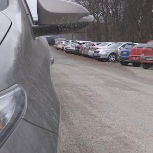 Pysäköityjä autoja Hämeenlinnan asemalla
